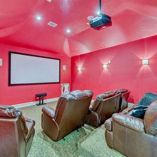 Idee per un home theatre mediterraneo chiuso con pareti rosse, moquette, schermo di proiezione e pavimento verde