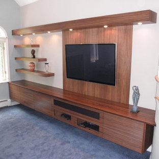 Idéer för att renovera ett mellanstort funkis avskild hemmabio, med vita väggar, heltäckningsmatta och en väggmonterad TV