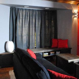 Выдающиеся фото от архитекторов и дизайнеров интерьера: изолированный домашний кинотеатр среднего размера в стиле модернизм с красными стенами, пробковым полом и экраном для проектора