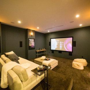 Großes, Abgetrenntes Modernes Heimkino mit grüner Wandfarbe, Teppichboden, Wand-TV und grauem Boden in Los Angeles