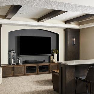 Idee per un home theatre classico di medie dimensioni e aperto con pareti grigie, moquette, TV a parete e pavimento beige