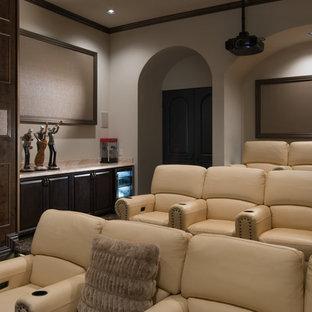 Ispirazione per un ampio home theatre mediterraneo aperto con pareti beige, moquette e schermo di proiezione