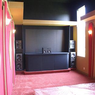Mittelgroßes, Abgetrenntes Modernes Heimkino mit roter Wandfarbe, Teppichboden, Leinwand und rotem Boden in Miami