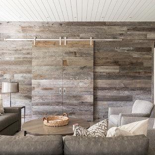 Großes, Offenes Landhausstil Heimkino mit weißer Wandfarbe, Betonboden, Multimediawand und grauem Boden in Sonstige