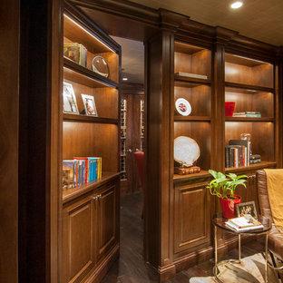 Ejemplo de cine en casa cerrado, tradicional, grande, con paredes marrones, suelo de madera oscura y pantalla de proyección