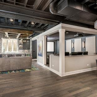 Idee per un home theatre minimal di medie dimensioni e aperto con pareti grigie, parquet scuro, schermo di proiezione e pavimento marrone