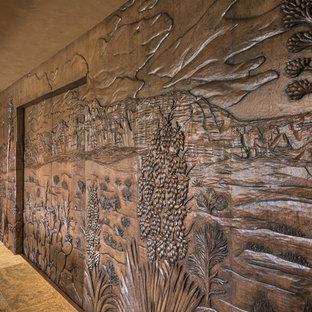 Ispirazione per un ampio home theatre design con pareti beige e pavimento in travertino