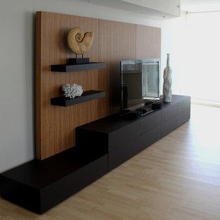 Modernes Heimkino mit hellem Holzboden in Miami