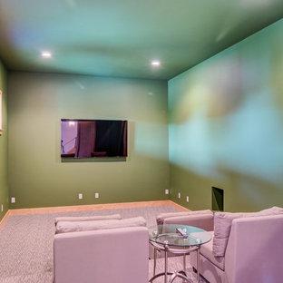 Idée de décoration pour une salle de cinéma minimaliste de taille moyenne et fermée avec un mur vert, moquette, un téléviseur fixé au mur et un sol violet.