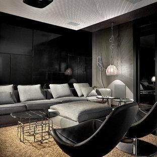 Modernes Heimkino mit schwarzer Wandfarbe und Leinwand in Chicago