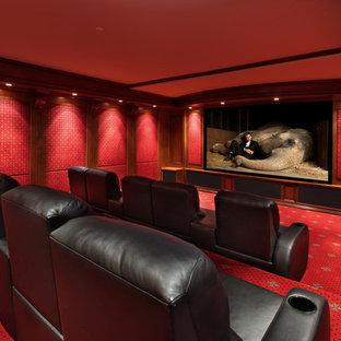 Ispirazione per un grande home theatre mediterraneo chiuso con pareti rosse, moquette e parete attrezzata