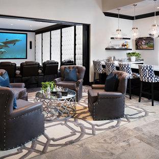 Großes, Offenes Modernes Heimkino mit weißer Wandfarbe, Kalkstein und Wand-TV in San Diego