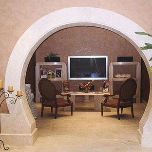 Inspiration för ett mellanstort medelhavsstil avskild hemmabio, med beige väggar, travertin golv och en väggmonterad TV