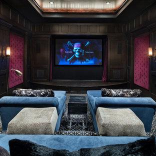 Ispirazione per un home theatre mediterraneo di medie dimensioni e chiuso con pareti rosse, moquette, parete attrezzata e pavimento blu