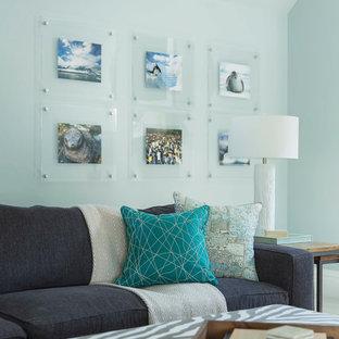 Mittelgroßes, Abgetrenntes Klassisches Heimkino mit blauer Wandfarbe, braunem Holzboden und braunem Boden in Minneapolis