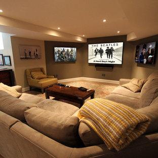 Ispirazione per un home theatre classico di medie dimensioni e aperto con pareti beige, pavimento in laminato, TV a parete e pavimento marrone