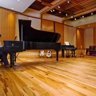 Großes, Offenes Rustikales Heimkino mit hellem Holzboden in Burlington