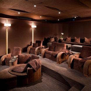 Großes, Abgetrenntes Modernes Heimkino mit brauner Wandfarbe, Teppichboden und braunem Boden in Las Vegas
