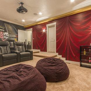 Modelo de cine en casa cerrado, tradicional renovado, grande, con paredes multicolor, moqueta y pantalla de proyección