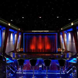 Exemple d'une très grande salle de cinéma moderne fermée avec un mur gris, un sol en carrelage de céramique, un écran de projection et un sol noir.