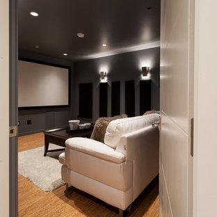 バンクーバーの小さいコンテンポラリースタイルのおしゃれな独立型シアタールーム (グレーの壁、コルクフローリング、プロジェクタースクリーン) の写真