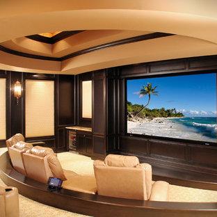 Idee per un home theatre mediterraneo con schermo di proiezione e pavimento beige