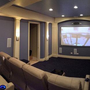 Foto di un home theatre tradizionale di medie dimensioni e chiuso con pareti viola, moquette, schermo di proiezione e pavimento nero