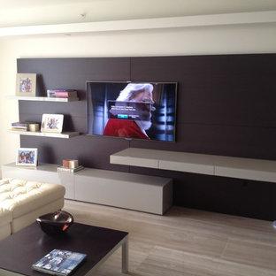 Ispirazione per un home theatre minimalista di medie dimensioni e aperto con pareti grigie, parquet chiaro e TV a parete