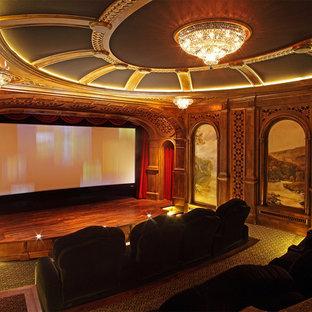 Новый формат декора квартиры: огромный изолированный домашний кинотеатр в классическом стиле с экраном для проектора