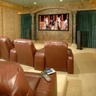 Idées déco pour une salle de cinéma victorienne de taille moyenne et fermée avec un mur beige, moquette et un écran de projection.