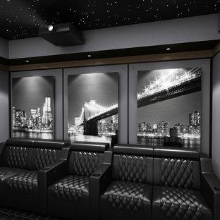 Modelo de cine en casa cerrado, minimalista, grande, con paredes multicolor, moqueta, suelo multicolor y pantalla de proyección