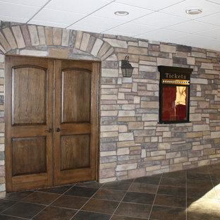Idéer för ett stort rustikt avskild hemmabio, med beige väggar, travertin golv och projektorduk