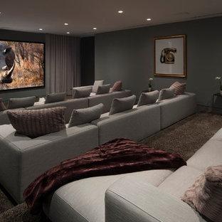 Modernes Heimkino mit grauer Wandfarbe, Teppichboden, Wand-TV und braunem Boden in Orange County