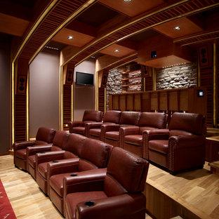 Ispirazione per un home theatre stile americano con pavimento beige