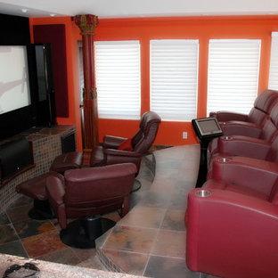 Abgetrenntes Klassisches Heimkino mit oranger Wandfarbe, Terrakottaboden, Leinwand und buntem Boden in Sonstige