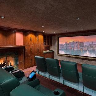 Новые идеи обустройства дома: большой изолированный домашний кинотеатр в классическом стиле с розовыми стенами, ковровым покрытием, экраном для проектора и розовым полом