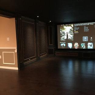 Foto di un home theatre mediterraneo di medie dimensioni e aperto con parquet scuro, schermo di proiezione e pareti rosse