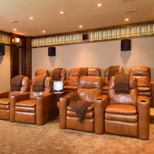 Idee per un home theatre chic di medie dimensioni e chiuso con pareti bianche, moquette e TV a parete
