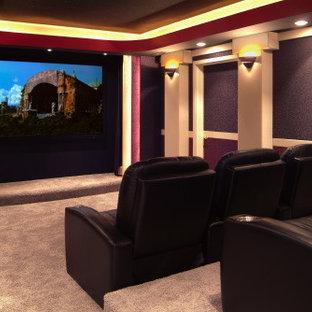 Mittelgroßes, Abgetrenntes Klassisches Heimkino mit bunten Wänden, Teppichboden und Wand-TV in Sonstige