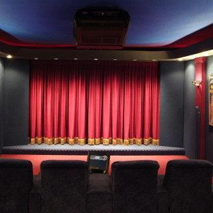 Immagine di un home theatre chic di medie dimensioni e chiuso con pareti nere, moquette e schermo di proiezione