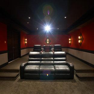 Esempio di un home theatre chic chiuso e di medie dimensioni con moquette, schermo di proiezione e pareti rosse