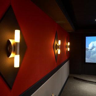 Idee per un home theatre chic chiuso e di medie dimensioni con moquette, schermo di proiezione e pareti rosse