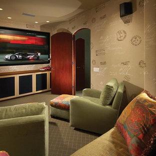 Inspiration pour une salle de cinéma méditerranéenne fermée avec un mur multicolore, moquette et un téléviseur fixé au mur.