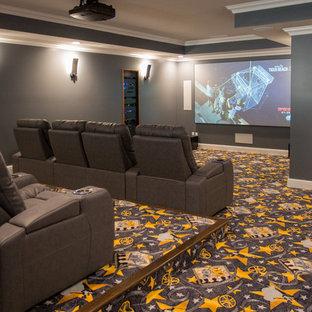 Ejemplo de cine en casa cerrado, tradicional renovado, con paredes grises, moqueta, pantalla de proyección y suelo multicolor