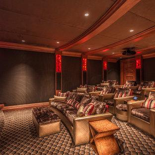 Ispirazione per un ampio home theatre mediterraneo con pareti marroni, moquette, TV a parete e pavimento multicolore