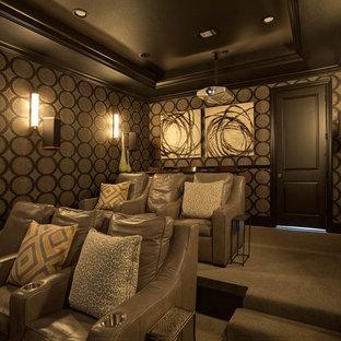 Foto di un home theatre mediterraneo aperto con pareti beige, moquette, pavimento grigio e schermo di proiezione