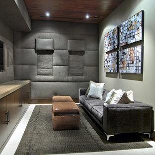 Abgetrenntes, Mittelgroßes Modernes Heimkino mit weißem Boden, Porzellan-Bodenfliesen, Multimediawand und grauer Wandfarbe in Las Vegas