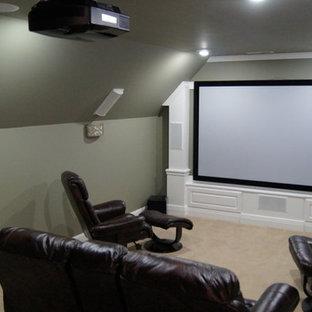 Idee per un piccolo home theatre contemporaneo chiuso con pareti grigie, moquette e schermo di proiezione