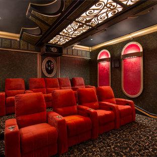 Idée de décoration pour une salle de cinéma méditerranéenne fermée avec un mur multicolore, moquette et un sol multicolore.