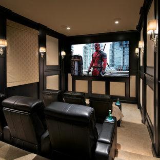 Foto på ett medelhavsstil avskild hemmabio, med beige väggar, heltäckningsmatta, projektorduk och beiget golv